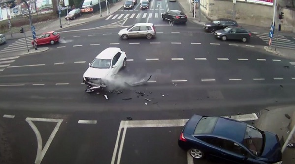 Woman's life saved by lamp post (Video)