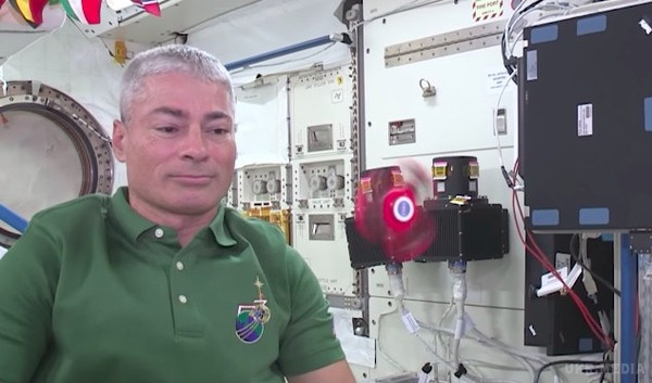 Astronauts play with a fidget spinner in space (Video)