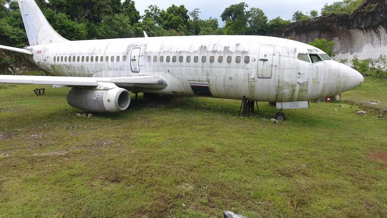 Mystery of the abandoned plane in Bali (Picture)