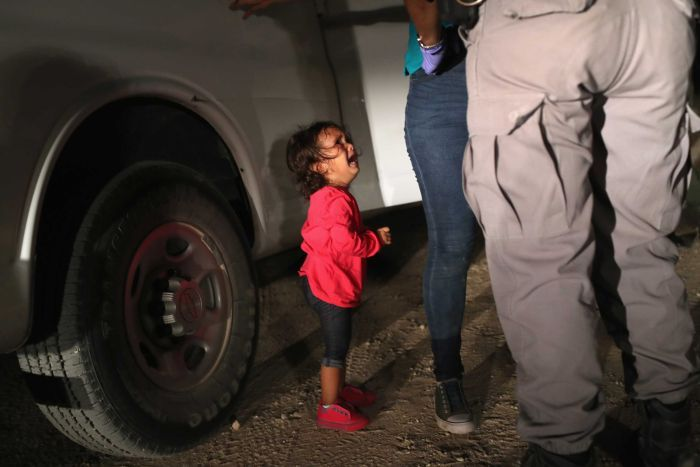 Crying toddler photo at US-Mexico border
