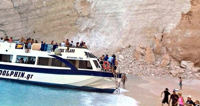 Cliff collapses in Greece injures tourists (Watch)