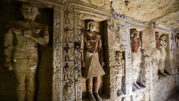 4,400 tomb discovered in a pyramid complex
